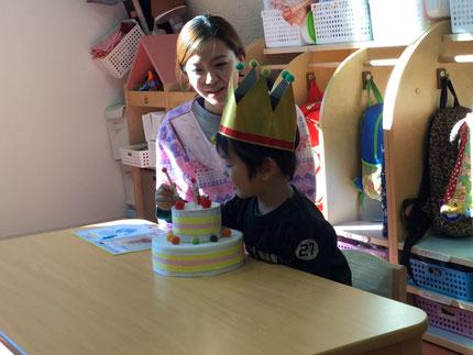 今日は、ほしぐみのはなみちくんのお誕生日会をしました。はなみちくんは、明日で3歳になります。みんなから、♪ハッピーバーズデイ♪の歌とケーキのプレゼント。はなみちくん、お誕生日おめでとう !