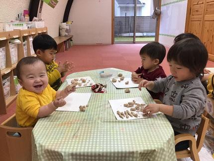 ひかりぐみさんとそらぐみさんは、粘土遊びをしました。