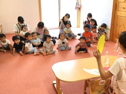 お楽しみ会は、先生が色水シアターをやってくれました。みんな、  真剣に見ていました。