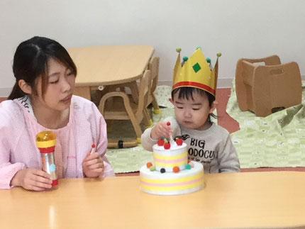 今日は、ひかりぐみのるうくくんのお誕生日会。るうくくんは、明日で2歳になります。みんなから、♪ ハッピーバーズデイ ♪の歌と、ケーキのプレゼント。るうくくん、お誕生日おめでとう !