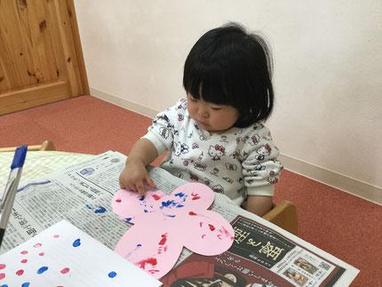 そらぐみさんは、指スタンプをしました。指に絵の具をつけて、ペタペタと画用紙に押していました。上手にできましたね。