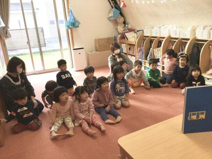 お楽しみ会は、先生が大きな絵本を読んでくれました。のりものがたくさん出てきて、みんな楽しそうに見ていました。
