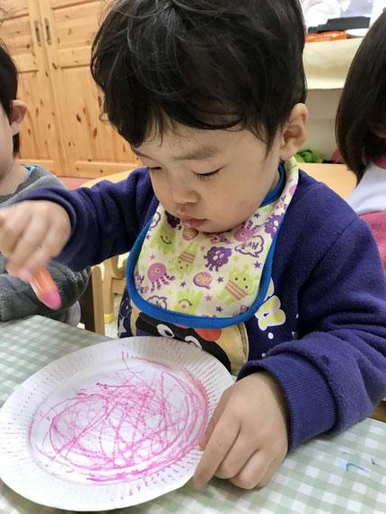 ほしぐみさんとそらぐみさんは、クレヨン遊びをしました。紙皿にクレヨンで色をぬりました。さて、色を塗った紙皿は何になるのかな ?