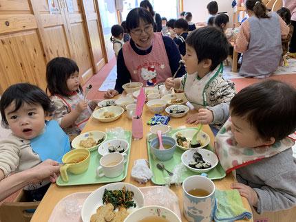給食は、みんなで食べました。いつもと違った雰囲気で、楽しく食べることができました。