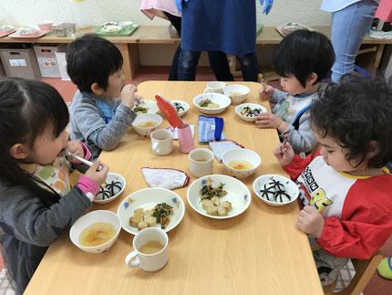 会食をしました。大きい子も、小さい子も一緒に食べました。メニューも、ひなまつりメニューでした。楽しい雰囲気で食べることができました。