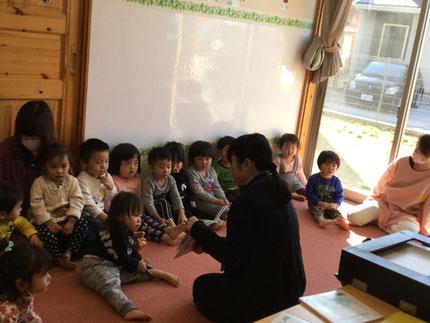 図書館の先生が読んでくれる、絵本や紙芝居をみんな、真剣に聞いていました。楽しかったね !