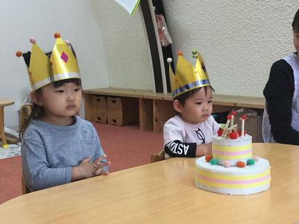 今日は、10月生まれのお友達のお誕生日会をしました。ほしぐみの さくらちゃんは21日で3歳に、ひかりぐみのるいくんは23日で2歳になります。みんなから、♪ ハッピーバーズデイ  ♪の歌とケーキのプレゼント。お誕生日、おめでとう !