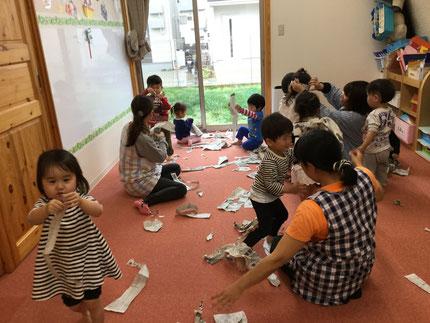 ほしぐみさんは、新聞紙で遊びました。丸めたり、ちぎったり・・・ みんな、楽しそうに遊んでいました。