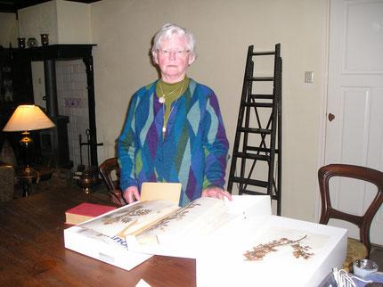 Mevr. J.Koopmans-Vogd bied haar herbarium aan