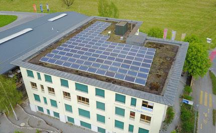 Solaranlage auf dem Dach der Rudolf-Steiner-Schule in Ebikon