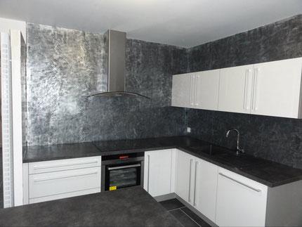 Murs de cuisine en enduit métallisé - SEIGNEURIE CARENIA