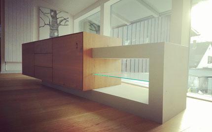 design11, samuel bur, sideboard aus massivolz und beton, parkettboden, schaufenster, sonnenstrahlen, bild, baum, glas, glastablar, möbel, türen, schubladen