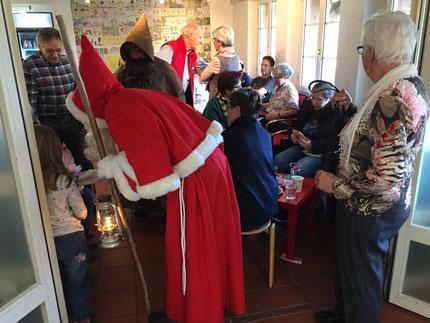 Die Kinder wurden vom Samichlaus und Schmutzli überrascht und reichlich beschenkt.