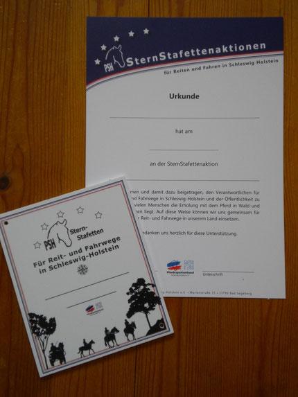 Jeder Teilnehmer erhält eine Stallplakette und eine Urkunde des Pferdesportverbandes Schleswig-Holstein e. V.