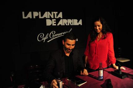 Javier Magano firmando un ejemplar de La hora del lobo.