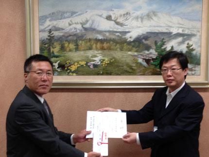 5月27日、ひまわり信用組合総務部長より本校校長先生に支援金が伝達されました。