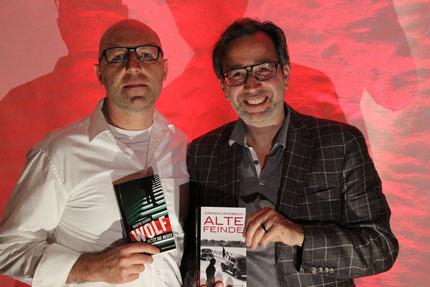 Die beiden Autoren präsentieren ihre Bücher