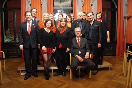 Gruppenphoto im Roten Salon mit Autorinnen und Autoren sowie Helfern