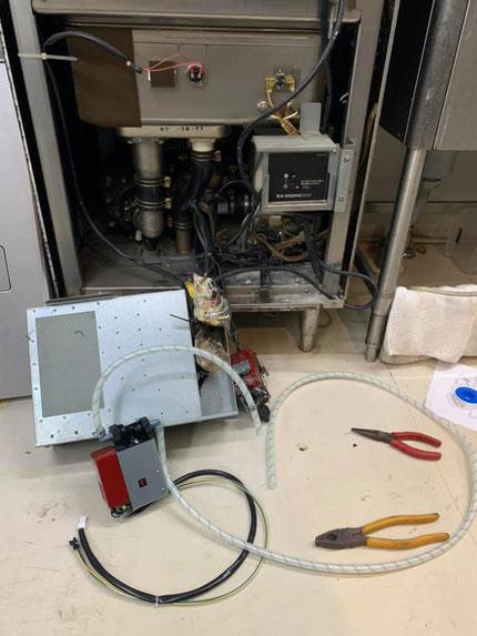 食洗機の内部は結構配線の束がギッシリです