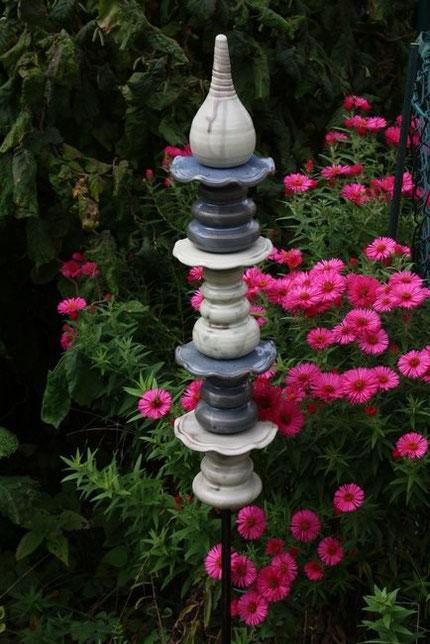 tolle Komposition Keramik vor Blumenmeer
