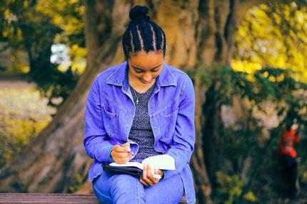 """« Heureux celui qui lit et ceux qui écoutent les paroles de la prophétie et gardent ce qui s'y trouve écrit, car le moment est proche! » """"Heureux l'homme et la femme (…) qui trouve son plaisir dans la loi de Jéhovah, Et qui la médite jour et nuit ! """""""