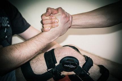 Kolano unieruchomione w ortezie ramowej pozwala na wczesną rehabilitację.