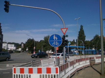 Was woanders bei Strafe verboten ist, ist hier verpflichtend: Radfahrer fahren auf dem Gehweg