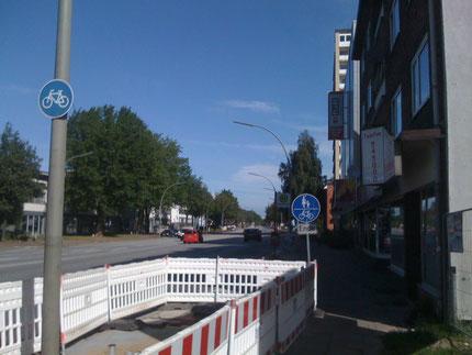 """Zeichen 240 mit Zusatzzeichen 1012-31 """"Ende"""". Im Bild links das Verkehrsschild, dass der Radweg zu benutzen ist, kann man ignorieren, weil es keinen Radweg gibt..."""