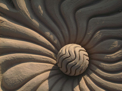 geometrisches Kugel Kunstwerk aus Sand