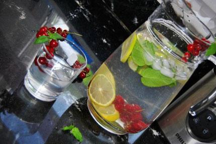 Detox Wasser mit roten Johannisbeeren