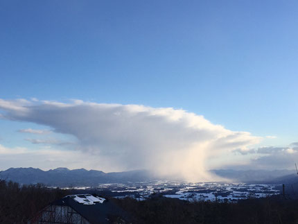 1月24日 15時45分頃 ペンション庭より 雫石の町にかかる面白い形の雲