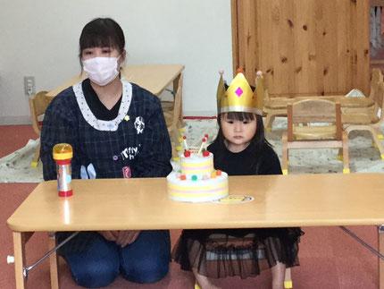 今日は、ほしぐみのかれんちゃんのお誕生日会をしました。かれんちゃんは、今日で3歳になりました。みんなから、♪ ハッピーバーズデイ ♪ の歌とケーキのプレゼント 。お誕生日おめでとう !