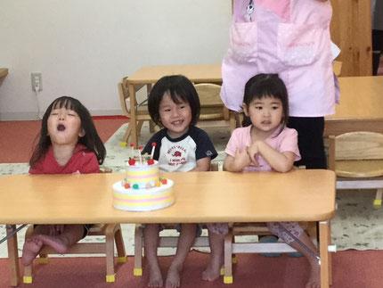 今日は、ほしぐみの、ことみちゃんとがくやくんとあかりちゃんの、お誕生日会をしましました。ことみちゃんとがくやくんは、15日で3歳になりました。あかりちゃんは、25日で3歳になります。みんなから、♪ ハッピーバーズデイ ♪の歌とケーキのプレゼント。お誕生日おめでとう !