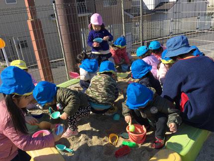 スコップやバケツなど使って、みんな楽しそうに遊んでいました。