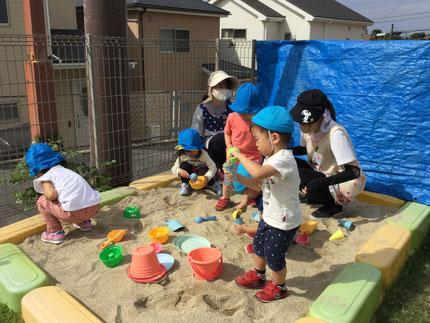 ほしぐみさんは、砂場で遊びました。みんな、夢中で遊んでいました。
