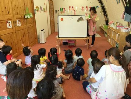 お楽しみ会は、先生が「おおきなだいこん」というお話の、パネルシアターをやってくれました。