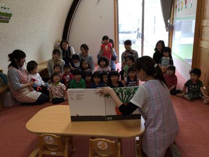 お楽しみ会は、先生が大型絵本を読んでくれました。みんなが知っているお話だったので、楽しんで見ることができました。