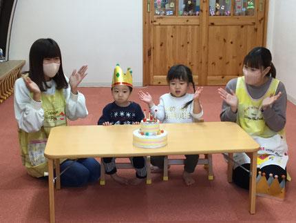 今日は、ひかりぐみのかいとくんと、ほしぐみのほのかちゃんのお誕生日会をしました。かいとくんは10日で2歳になり、ほのかちゃんは21日で3歳になります。みんなから、♪ ハッピーバーズディ♪の歌とケーキのプレゼント。お誕生日、おめでとう !