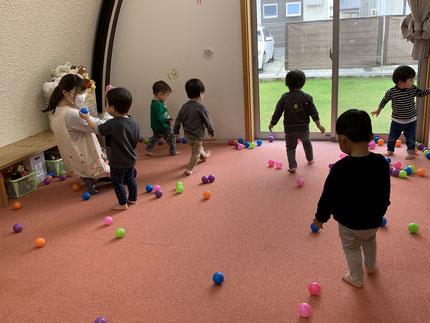 今日は、お部屋で遊びました。ひかりぐみさんは、ボール遊びをしました。アンパンマンやバイキンマンにボールを投げて、的当て遊びをしていました。