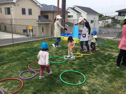 今日は、テラスで遊びました。ほしぐみさんは、フープで遊びました。フープを並べて、ジャンプしてみたり歩いてみたりと、楽しそうに遊んでいました。