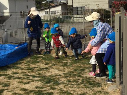 ほしぐみさんは、かけっこをしました。ヨーイドン ! の合図で、楽しそうに走っていました。寒くても、みんな元気に遊んでいます。