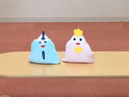 先生たちが、おひなさまを作ってくれました。タオルからおひなさまができたので、みんなびっくりしていました。