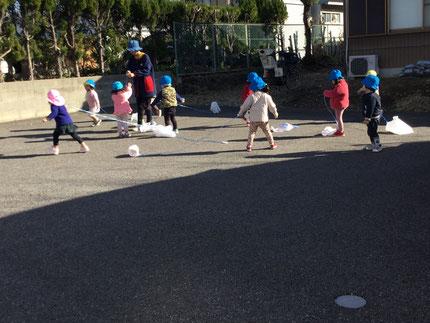 たこを持って走ってたこがあがると、みんな嬉しそうでした。お正月 遊びを楽しむことができました。