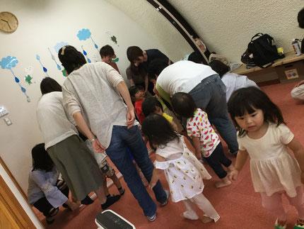 みんな、お父さんやお母さんやおばあちゃんと一緒に、とても楽しそうに身体を動かしていました。