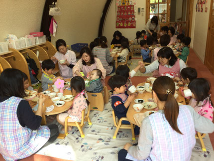 ひなまつり会の後、みんなで会食をしました。いつもと違ったお友だちと給食を食べて、楽しかったね!