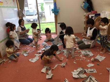 ほしぐみさんは、新聞紙遊びをしました。             破ったり、丸めてみたり・・・ 楽しそうに遊んでいました。