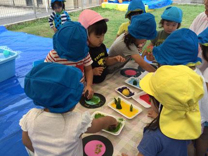 ほしぐみさんは、野菜スタンプをしました。れんこんやオクラなど、色々な野菜のスタンプで遊びました。