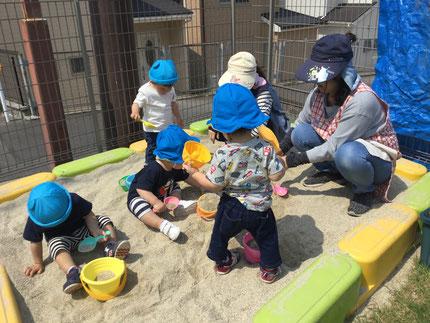 今日は、砂場で遊びました。スコップやバケツを使って、楽しそうに遊んでいました。