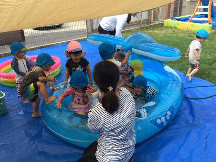 いよいよ、待ちに待ったプール遊びが始まりました。大きなプールに、みんな楽しそうに入っていました。