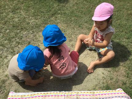 砂で遊んでいるお友達もいました。暑くても、元気いっぱい遊んでいる子どもたちです。